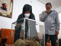 تصاویر/اهداء لباس شهید مدافع حرم به خانواده